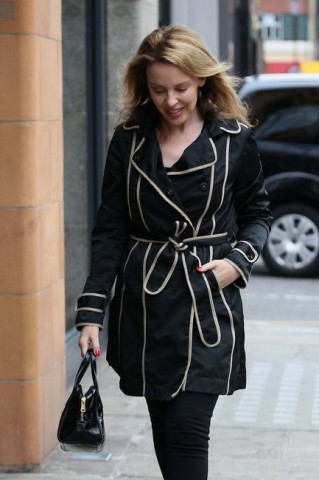 kylie minogue con trench fay
