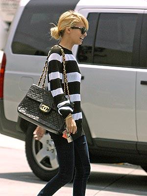 7ae50554a6 Nicole Richie con skinny jeans, t-shirt marine style e tracolla in pelle  matelass di Chanel.